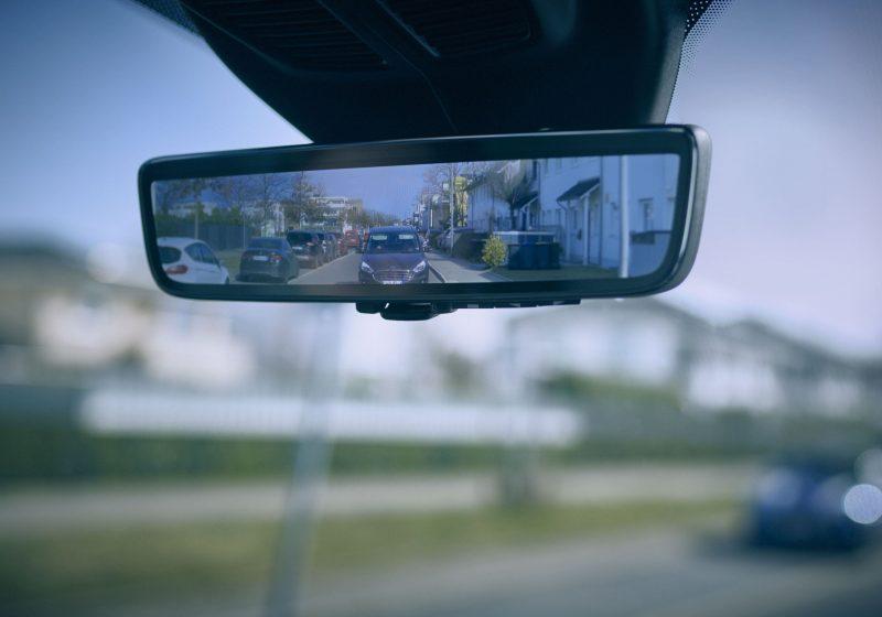 Der Rückspiegel, der durch Blechwände sieht